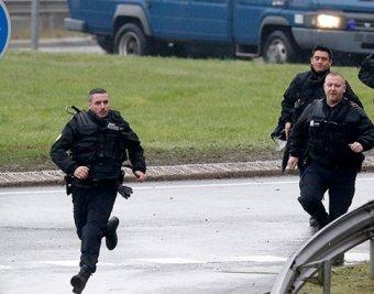 Два человека убиты при захвате заложников на востоке Парижа (фото, видео)