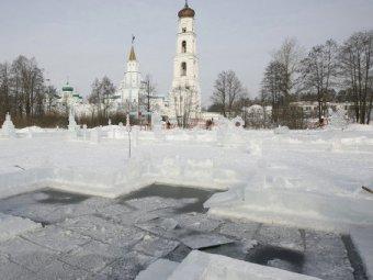 Православные верующие отмечают Крещение Господне 2015