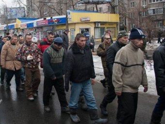 Ополченцы заставили прыгать украинских солдат, попавших в плен под Дебальцево