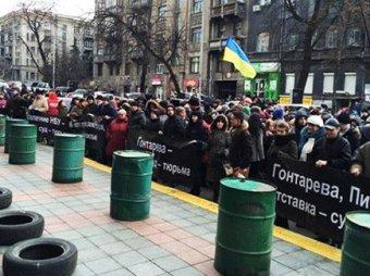 После обвала гривны у здания НБУ прошли протесты, в магазинах - паника