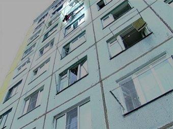 В Омске прохожий поймал выброшенного из окна ребенка