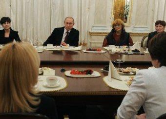 Путин поздравил женщин с 8 марта, а они поинтересовались когда он спит