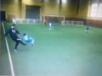 Видео, где тренер ударил ребенка, вызвало скандал (ВИДЕО)