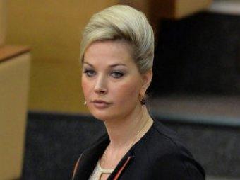 На заседание Госдумы Максакова пришла в свадебном платье