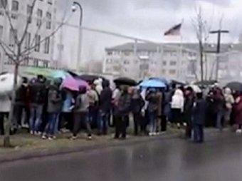 В Киеве митингующие навозом закидали американское посольство