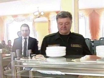 В Сети высмеяли меню столовой, где Пётр Порошенко отобедал с американскими солдатами