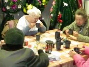 В Екатеринбурге ветераны пили чай в похоронном бюро среди гробов