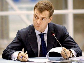 Жириновский предложил Медведеву съесть грушу с нитритами. Тот отказался (видео)