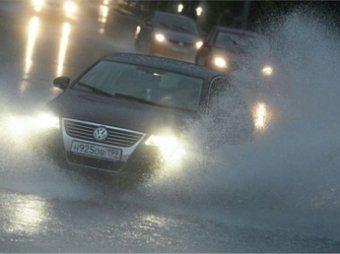Некоторые московские улицы затопил майский ливень