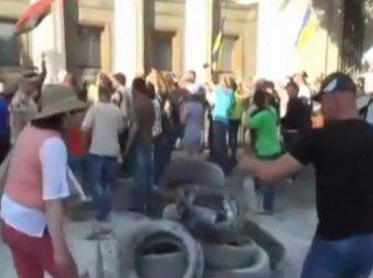 В Киеве сотни протестующих у Рады вступили в столкновения с милицией и военными