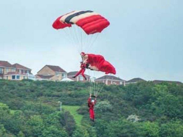 В Британии парашютист спас падающего товарища прямо во время авиашоу