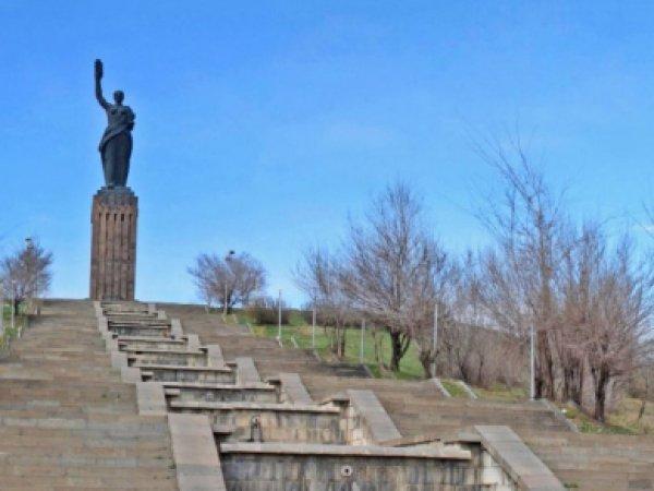 """Возле памятника """"Мать Армения"""" в Гюмри зарезали российского солдата"""