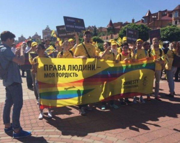 «Правый сектор» закидал петардами участников гей-парада в Киеве