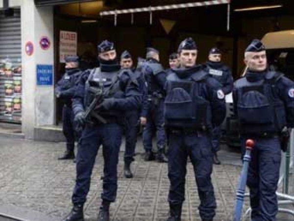 В пригороде Парижа грабители взяли в заложники 18 человек