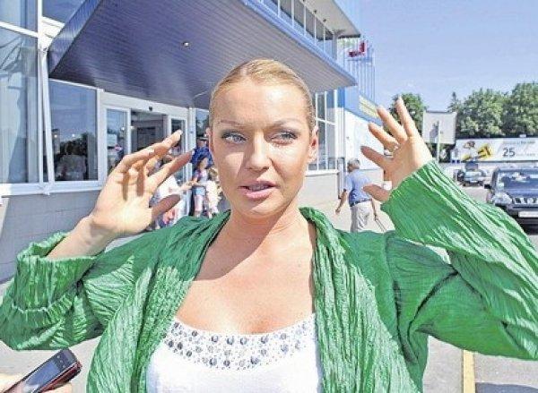 """Волочкова ответила на критику своих """"горячих"""" фото из Крыма новым шпагатом в стрингах"""