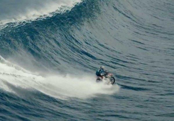 Австралийский гонщик оседлал на мотоцикле гигантскую волну