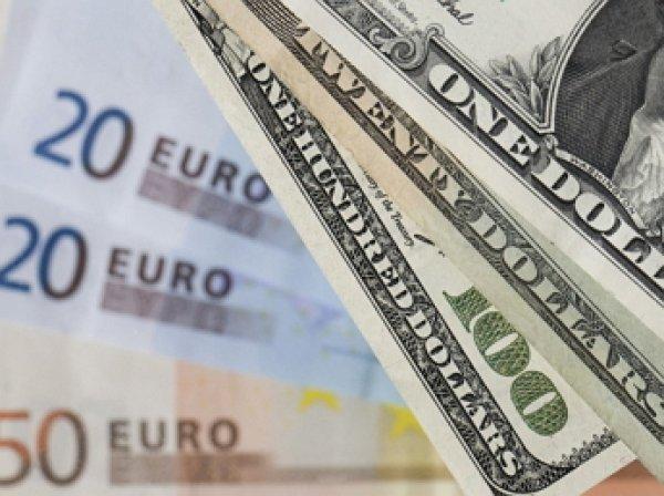 Биржевые курсы доллара и евро снизились ниже 63 и 70 рублей