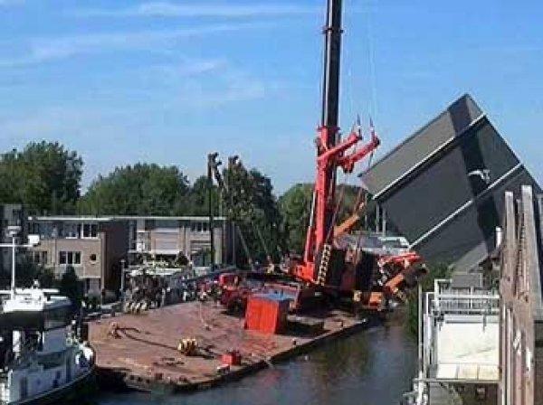 В Голландии при ремонте моста упали два крана: под обломками могут быть десятки людей
