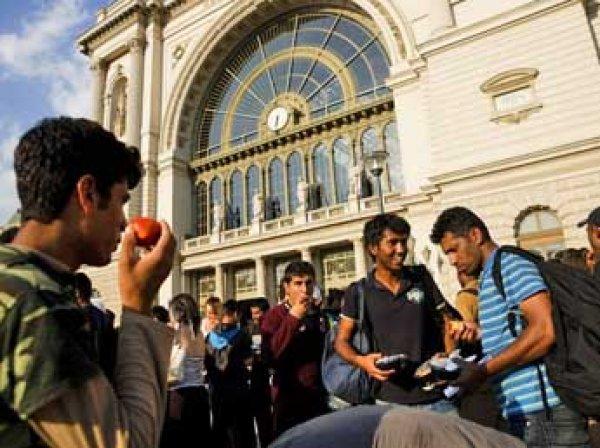 Беженцы на границе Австрии и Венгрии штурмом взяли поезда и перебрались в Германию
