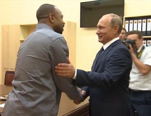 Легенда бокса Рой Джонс получил российское гражданство