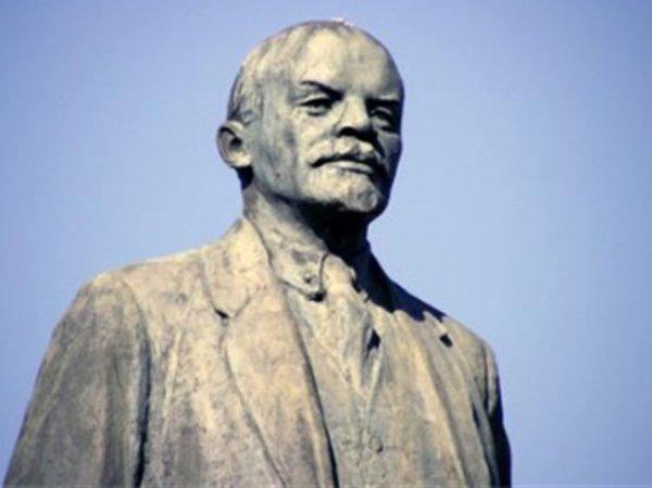 В центре Челябинска бюст Ленина покрасили в желто-синий цвет