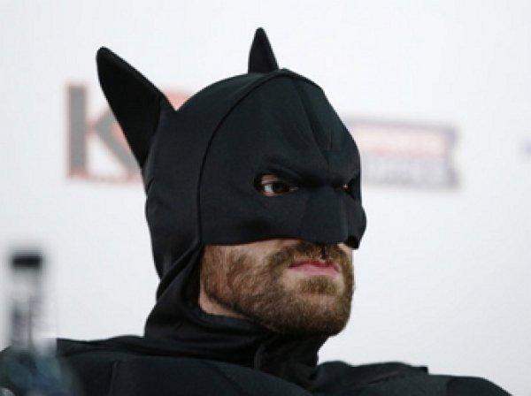 Соперник Кличко Тайсон Фьюри устроил шоу на пресс-конференции в костюме Бэтмана