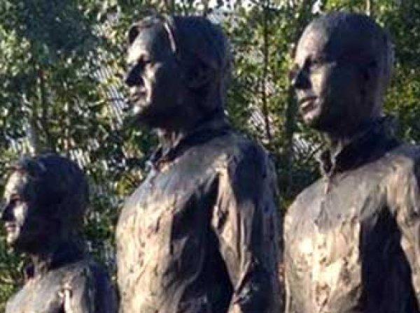 У здания ООН в Женеве установили памятник Сноудену, Ассанжу и Мэннинг
