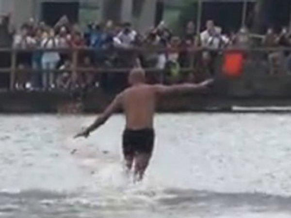 Шаолиньский монах пробежал 125 метров по воде (видео)