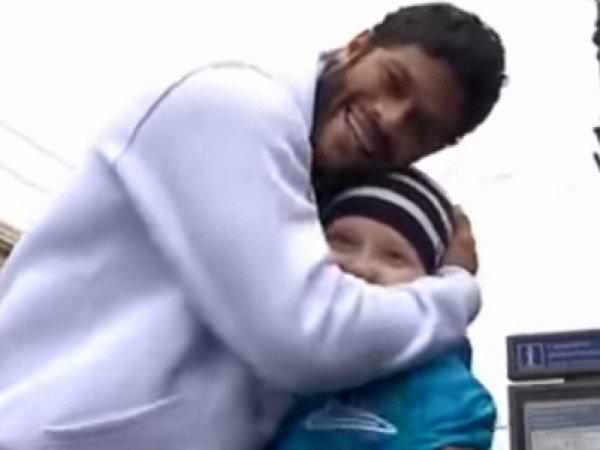 Футболист Халк спел на Невском проспекте для больного раком ребенка