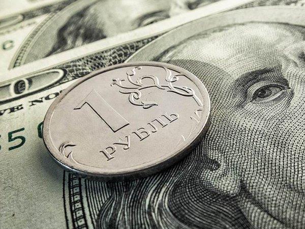 Курс доллара на сегодня, 03.09.2015: рубль на торгах подешевел к доллару, оставаясь заложником нефти