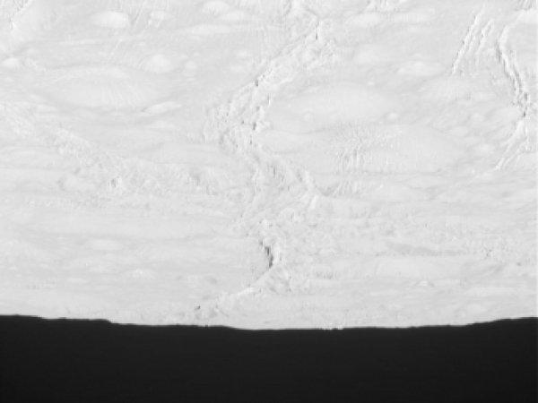 Зонд Cassini прислал на Землю первые снимки северного полюса Энцелада