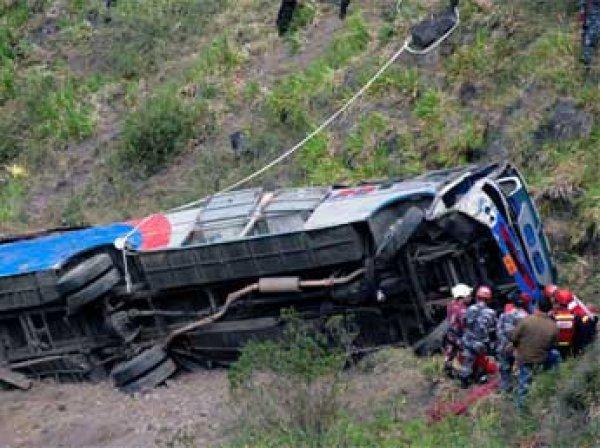 Пассажирский автобус упал утром в ущелье в штате Джамму и Кашмир на севере Индии.
