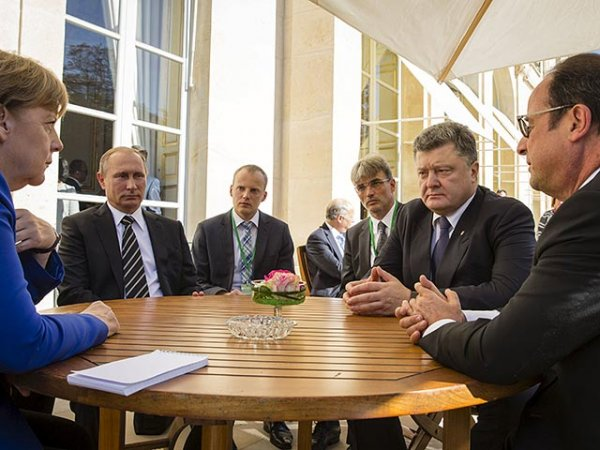 Украинскому ТВ запретили показывать рукопожатие Порошенко и Путина