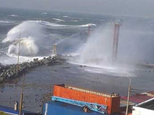 Ураган на Сахалине 2.10.2015: город Корсаков из-за волн с моря на метр ушел под воду (видео)
