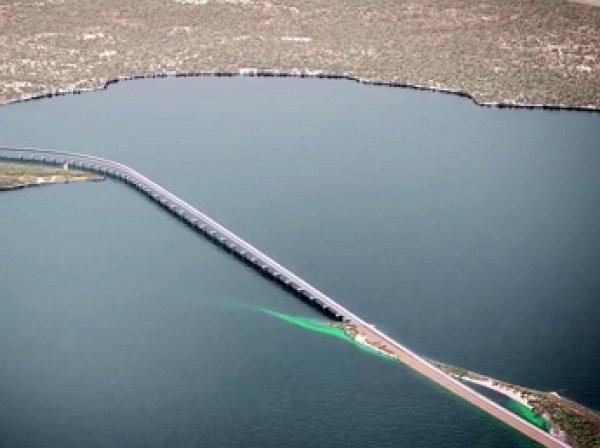 Открыт первый временный мост через Керченский пролив в Крым