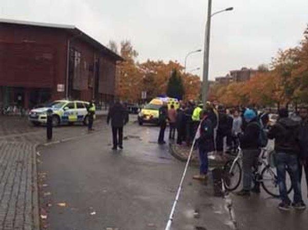 В Швеции мужчина с мечом и в маске Дарта Вейдера сделал селфи и устроил резню в школе