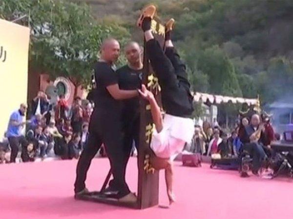 Шаолиньский монах 10 секунд простоял на одном пальце руки