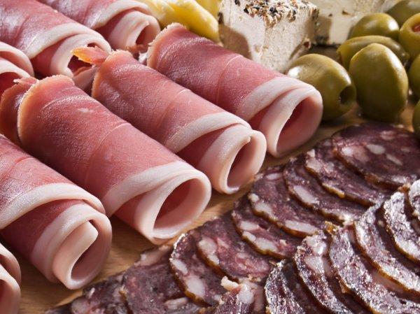 ВОЗ: употребление колбасы и бекона провоцирует рак кишечника