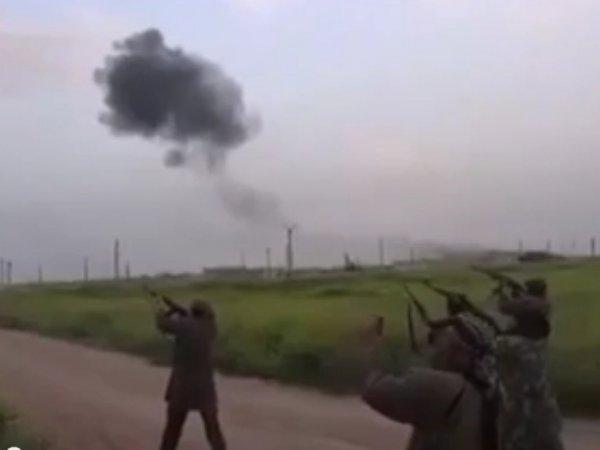 Сбитый самолет СУ-24 в Сирии: в Сети появилось видео расстрела боевиками российских пилотов (видео)