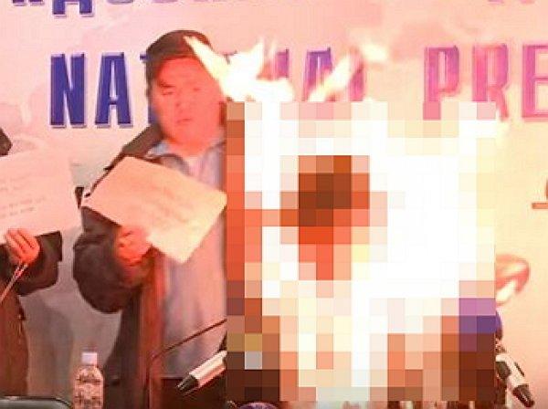 В Монголии глава профсоюза во время пресс-конференции устроил самосожжение
