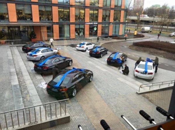 Олег Тиньков подарил восьми первым сотрудникам своего банка автомобили BMW 5 серии