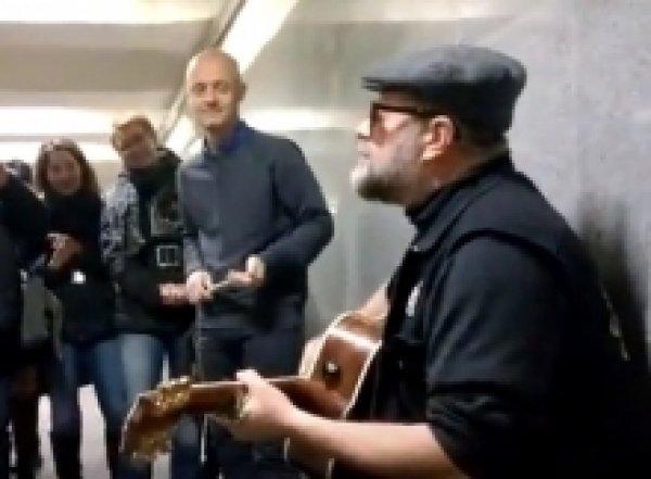 Борис Гребенщиков спел в переходе московского метро