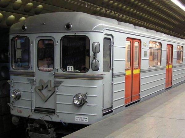 """В Москве на станции метро """"Пражская"""" в поезде заблокировало пассажиров"""