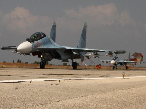На российскую авиабазу в Сирии привезли две елки и звезд эстрады