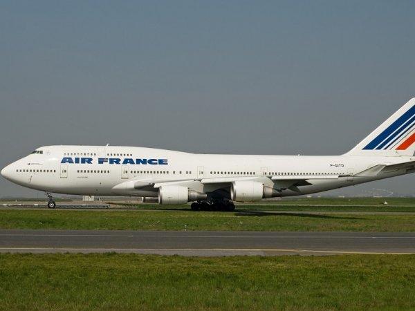 Летевший из США в Париж самолет экстренно сел в Канаде из-за сообщения о бомбе