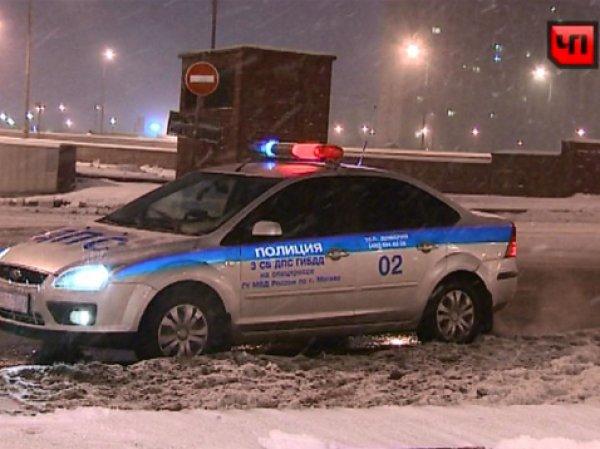В Москве сбитый таксистом сотрудник ДПС упал с эстакады и погиб