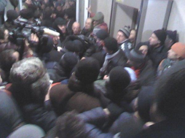 В Кишиневе у здания парламента проходит акция протеста: протестующие ворвались в здание