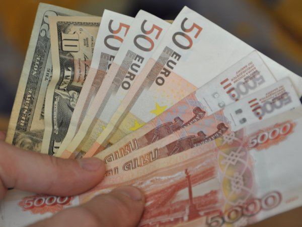 Курс доллара сегодня, 6 января 2016, подскочил до 74 рублей впервые с декабря 2014 года