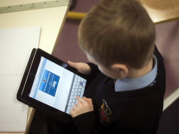 Астахов хочет запретить пользоваться гаджетами детям в школах