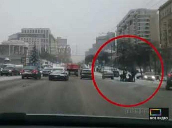 В центре Москвы таксист сбил инспектора ГИБДД